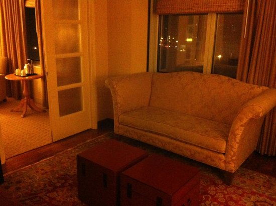 Sheraton LaGuardia East Hotel: Room 1109 Couch in living area.