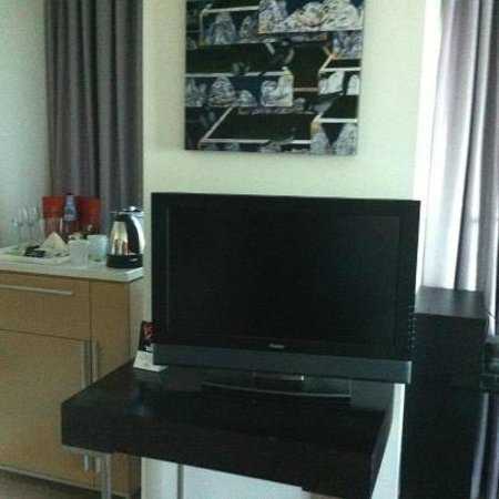 Crowne Plaza Tel Aviv City Center: mini bar coffe tea corner and TV