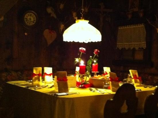 """Hotel Sonnenhof - St Vigil in Enneberg, Dolomiten: il tavolo del cenone di capodanno nella stupenda """"cantina ladina"""""""