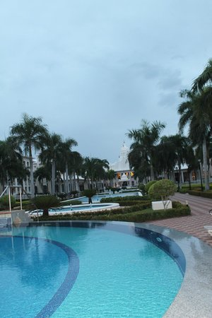 Hotel Riu Palace Punta Cana: Infinity pool & fountain/walkways