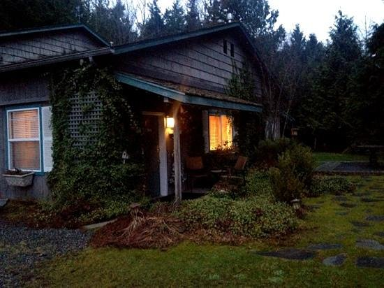 Lost Mountain Lodge: guest house at dusk