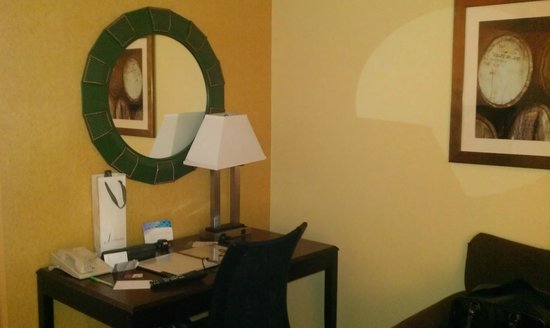 SpringHill Suites Napa Valley: Room mirror