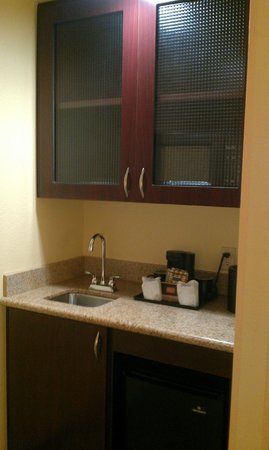 SpringHill Suites Napa Valley : Coffee/bar counter; microwave in the cabinet