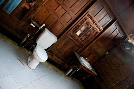 Raffles Holiday Hotel: Garden bathroom