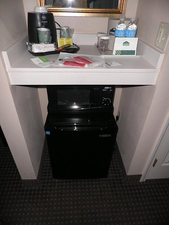 Wingate by Wyndham Peoria: microwave and fridge