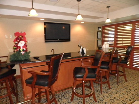 Wingate by Wyndham Peoria: bar area