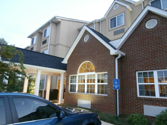 Microtel Inn & Suites by Wyndham Montgomery: Front Entrance