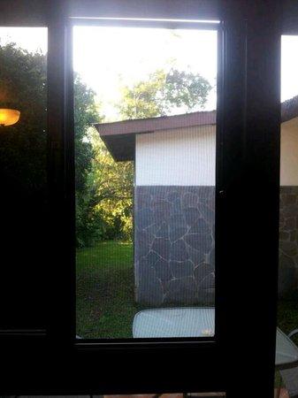 Hotel Refugio de Montana: ventana en la habitacion grande, donde se pueden alojar 4 personas, peligroso