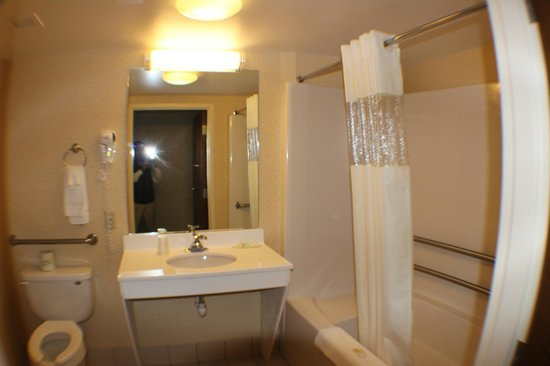 All Seasons Inn & Suites: H Acc Bath