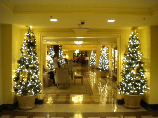 Hotel Monteleone: Holiday decorations in lobby.