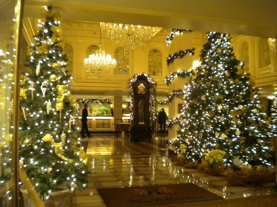 Hotel Monteleone: Another view of holiday decorations in lobby.