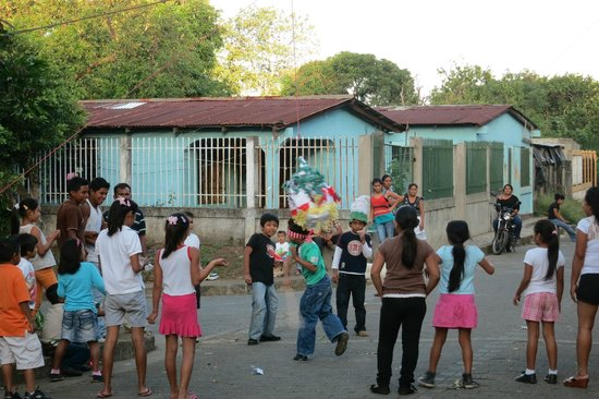 La Mariposa Spanish School and Eco Hotel: Area children knock candy out of a piñata.