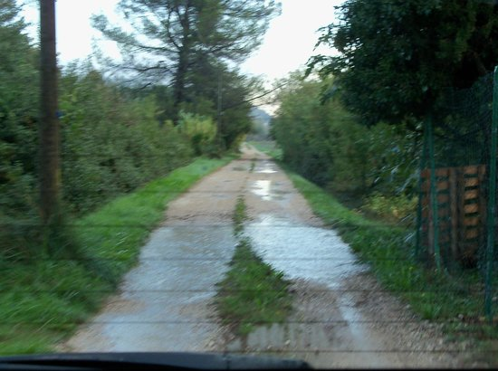 Mas Cassaireu d'Auseu : Driveway to the property after a rain