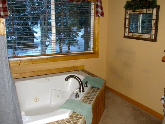 Fall River Cabins: Jacuzzi