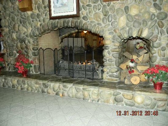 Bonneville Hot Springs Resort & Spa: Central River Rock Fireplace