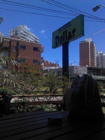 Hotel Dollar: Descansando en la entrada