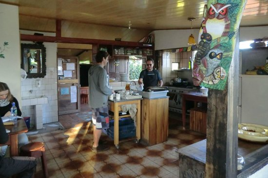 Essence Arenal Boutique Hostel: our owner/chef chatting with a fellow traveler in the common room