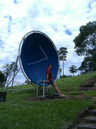 Colombia: kids learning how satelite dishes can send sound across lenght of the botanic garden.