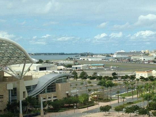 Sheraton Puerto Rico Hotel & Casino: View from the room to the Bay and Old San Juan