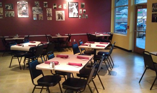 Russo's Pizza & Wings : Dining room