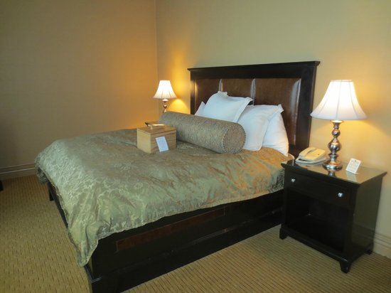 Craddock Terry Hotel: King-size bed (Room 401 King Suite)