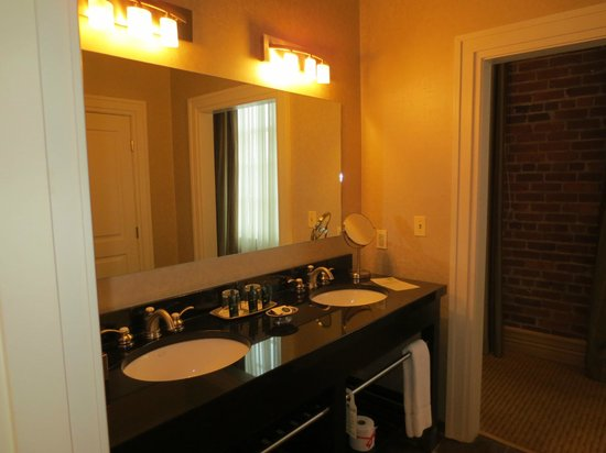 Craddock Terry Hotel: Double-sink vanity in Room 401