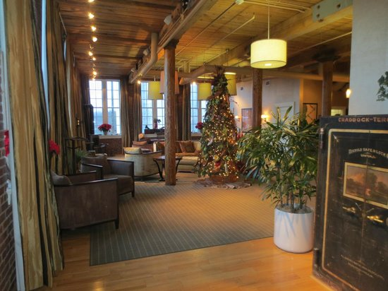 Craddock Terry Hotel: Foyer decorated for Christmas