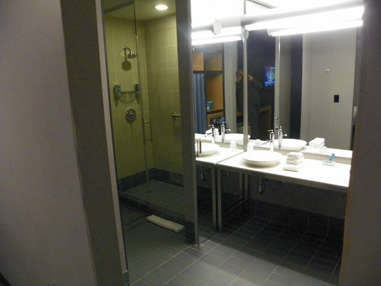 Aloft Arundel Mills: Large Bath Area