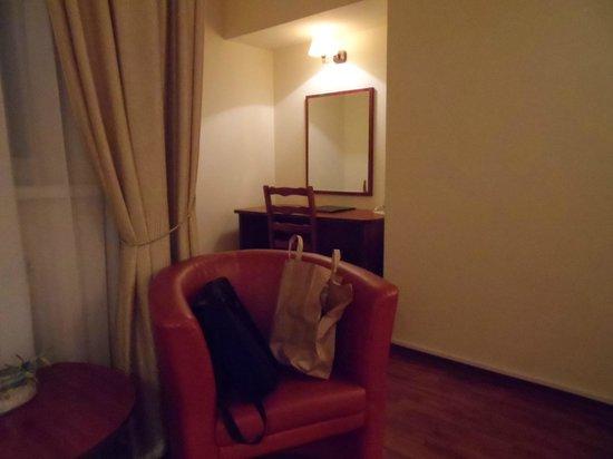 Armonia Hotel: desk