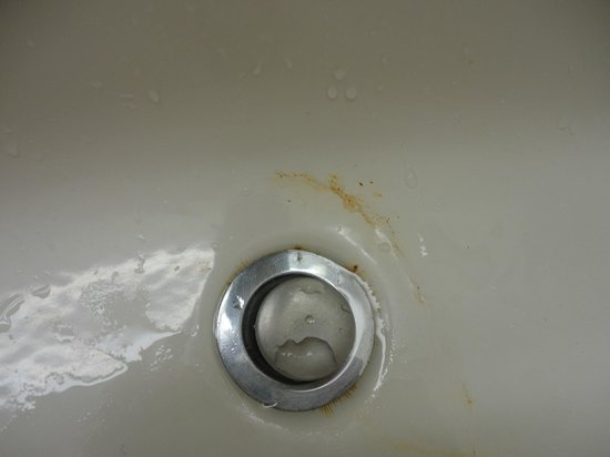 Mainsail Tampa Extended Stay: Bathroom rusty sink