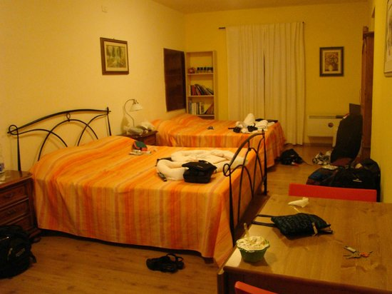 Guest House Bel Duomo: Our spacious room with one double and two single beds