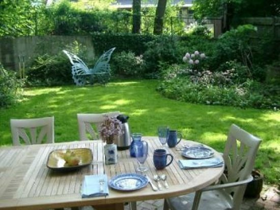 Blue's Bed and Breakfast: In summer, enjoy breakfast in the back garden.
