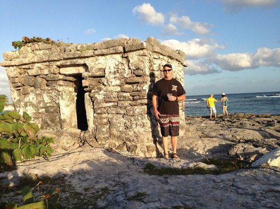 Grand Sirenis Mayan Beach Resort & Spa: little mayan ruin