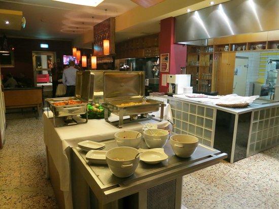 Hillinger: Saletta buffet..poco o niente a disposizione