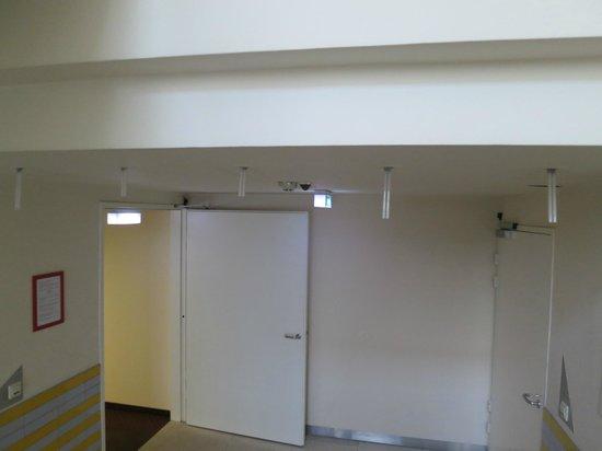 Hillinger: Lampadine che pendoni dal soffitto del corridoio..