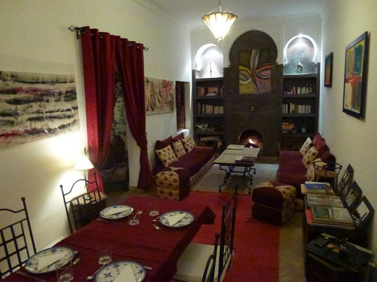 Riad Limouna: Salon avec cheminée