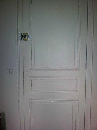 Hotel Baudin:                                     porte d'entrée sans poignées