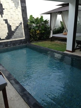 Amor Bali Villa: pool and pagoda