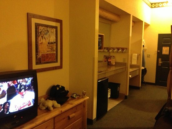 Great Wolf Lodge: TV/KITCHEN/VANITY/LUGGAGE AREA
