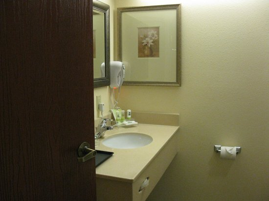 Country Inn & Suites By Carlson, Wytheville: Large Bathroom