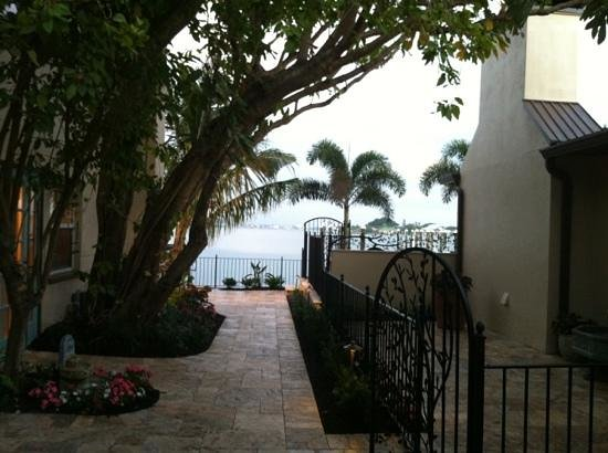 Pasa Tiempo Private Waterfront Resort: Water view from the courtyard is gorgeous!