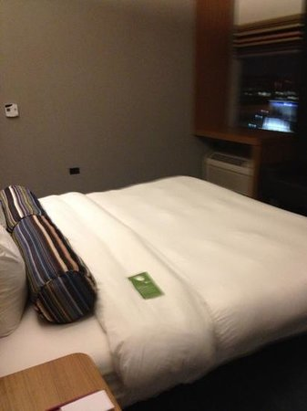 Aloft Chicago O'Hare: big bed and very comfortable