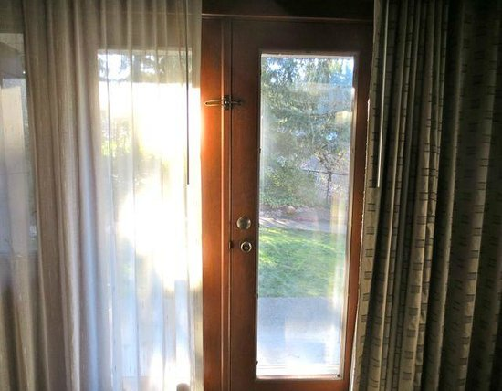 Salish Lodge & Spa: Patio doors with direct access to dog/yard area.
