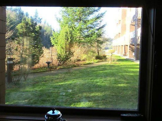 Salish Lodge & Spa: Corner room had extra window with desk that doubled for breakfast table.