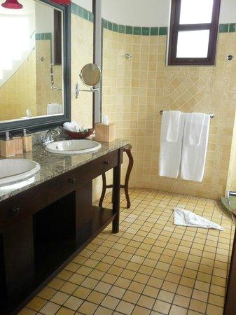 أريناز ديل مار بيتشفرونت آند رينفوريست: master bath 