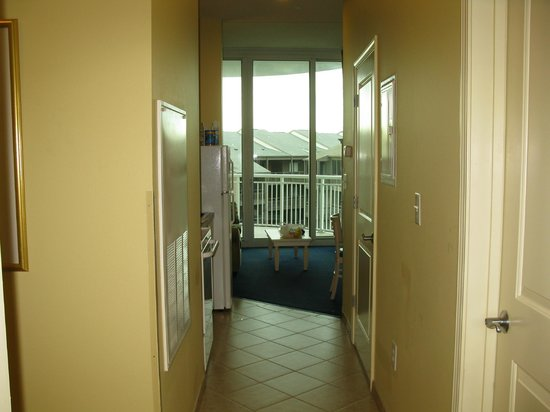 Avista Resort: VIew of kitchen/living room from hall entrance