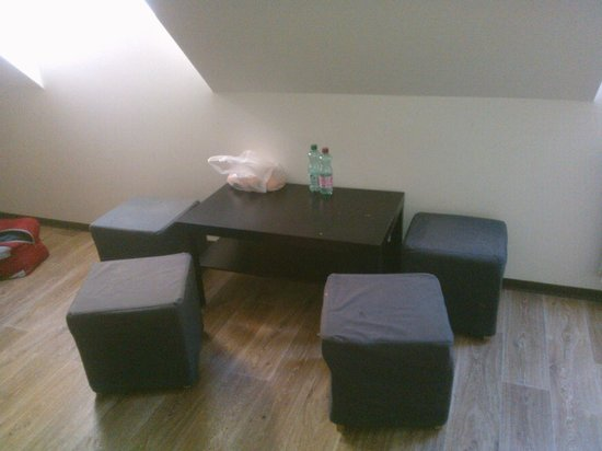"tavolino con pouf - Picture of wombats CITY HOSTEL Vienna ""THE ..."