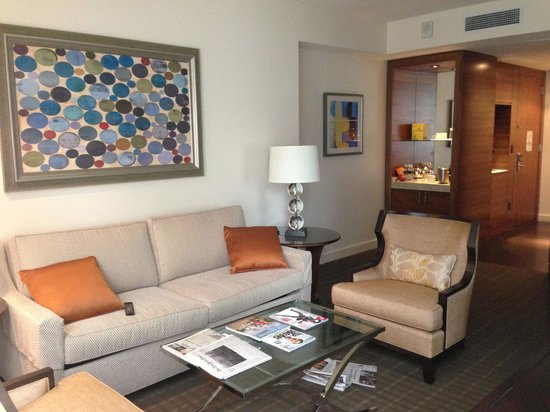 Four Seasons Baltimore: Living room in City View Suite