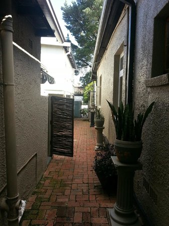 Ginnegaap Guesthouse: side walk area