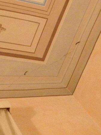 Palazzo dal Borgo Hotel Aprile: camera 11: crepa sul soffitto preoccupante